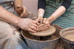 Krukmakeridanande Händer som fungerar på krukmakerihjulet Arkivbild