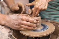 Krukmakeridanande Händer som fungerar på krukmakerihjulet Royaltyfri Bild