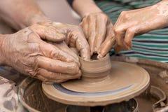 Krukmakeridanande Händer som fungerar på krukmakerihjulet Arkivfoto