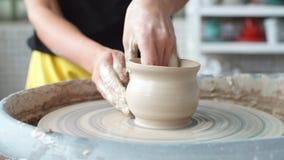 Krukmakerigruppseminarium Lera som formar på hjulet för keramiker` s Keramikern undervisar hans hantverk till barnen stock video