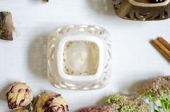 Krukmakeriljusstake på den vita trätabellen Dekorativ cerami Arkivfoto