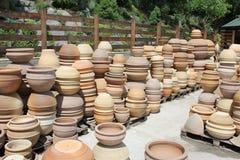 Krukmakeriseminariumställe med mycket stora traditionella lerakrukor arkivfoton