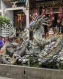 Krukmakeriskulptur av draken, karpen och sköldpaddan i en springbrunn i den Cantonese aulan i Hoi An arkivbild