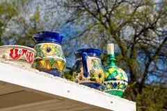 Krukor på den utomhus- hyllan Royaltyfria Bilder