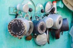 Krukor, pannor, lock och krukor på väggen royaltyfri fotografi