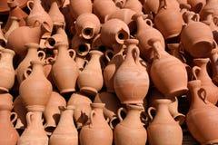Krukor som göras av lera Arkivbild
