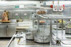 Krukor som kokar i kommersiellt kök Arkivfoton