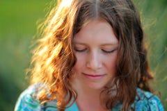Krul leuk meisje in zonlicht royalty-vrije stock afbeeldingen