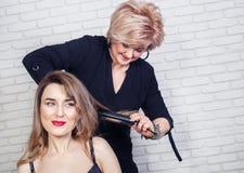 Krullande hår för frisör Royaltyfria Bilder