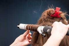 Krullande hår för frisör Fotografering för Bildbyråer