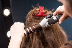 Krullande hår för frisör Arkivfoton