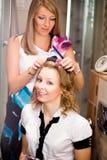 krullande hårkvinna Arkivbilder
