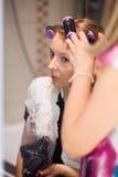 krullande hårkvinna Arkivfoto
