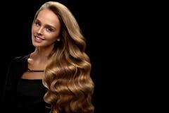 Krullend Blondehaar Haar van schoonheids het Modelwith gorgeous volume royalty-vrije stock afbeelding