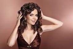 Krullend Haar Aantrekkelijk lachend donkerbruin meisje met gezonde krullend Royalty-vrije Stock Afbeelding