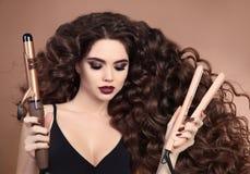 Krullend Haar Schoonheidsclose-up van donkerbruin meisje met het blazen hairst royalty-vrije stock foto