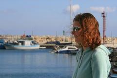 Krullend haarmeisje bij de kust stock fotografie