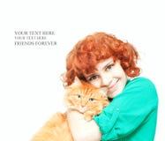 Krullend roodharig meisje met een rode geïsoleerde kat Stock Afbeeldingen