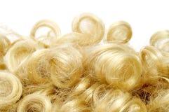 Krullende blonde pruik stock afbeelding