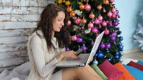Krullende donkerbruine holdingscreditcard voor online het winkelen vrouwelijke koper het kopen Kerstmisgift op Internet De vakant stock footage