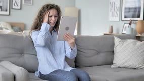 Krullende haarvrouw in schok door verlies terwijl het gebruiken van tablet stock video