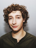 Krullende haired jonge mens Royalty-vrije Stock Foto's