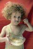 Krullende Jongen met cornflakes Royalty-vrije Stock Foto's
