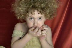 Krullende Jongen met cornflakes Royalty-vrije Stock Fotografie
