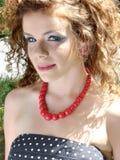 Krullende vrouw met rode juwelen royalty-vrije stock foto