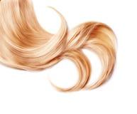Krullning av sunt blont hår arkivbild