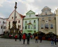 Krumlov cesky do quadrado, da praça da cidade e do praga da coluna de Svornosti foto de stock