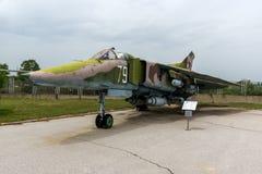KRUMOVO, ПЛОВДИВ, БОЛГАРИЯ - 29-ОЕ АПРЕЛЯ 2017: Истребитель-бомбардировщик Mikoyan-Gurevich MiG-23 в музее авиации около авиапорт Стоковое Изображение RF