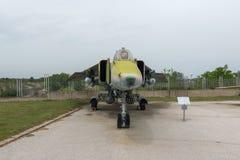 KRUMOVO, ПЛОВДИВ, БОЛГАРИЯ - 29-ОЕ АПРЕЛЯ 2017: Истребитель-бомбардировщик Mikoyan-Gurevich MiG-23 в музее авиации около авиапорт Стоковые Изображения