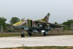 KRUMOVO, ПЛОВДИВ, БОЛГАРИЯ - 29-ОЕ АПРЕЛЯ 2017: Истребитель-бомбардировщик Mikoyan-Gurevich MiG-23 в музее авиации около авиапорт Стоковые Изображения RF