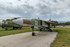 KRUMOVO, ПЛОВДИВ, БОЛГАРИЯ - 29-ОЕ АПРЕЛЯ 2017: Истребитель-бомбардировщик Mikoyan-Gurevich MiG-23 в музее авиации около авиапорт Стоковое фото RF