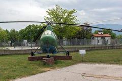 KRUMOVO PLOVDIV, BULGARIEN - 29 APRIL 2017: helikopter Mi 1 i flygmuseum nära den Plovdiv flygplatsen Royaltyfri Fotografi