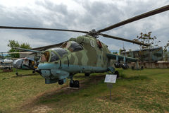 KRUMOVO PLOVDIV, BULGARIEN - 29 APRIL 2017: Helikopter Mil Mi-24 i flygmuseum nära den Plovdiv flygplatsen Royaltyfri Bild