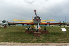 KRUMOVO PLOVDIV, BULGARIEN - 29 APRIL 2017: Plana Yakovlev Yak-52 i flygmuseum nära den Plovdiv flygplatsen Arkivfoto