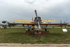 KRUMOVO, PLOWDIW, BULGARIEN - 29. APRIL 2017: Flaches Yakovlev Yak-52 im Luftfahrt-Museum nahe Plowdiw-Flughafen stockfoto