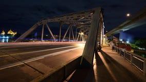 Krungthep-Brücke mit unscharfem Licht des Autos montion Lizenzfreie Stockfotos