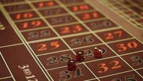 Krupier ręka bierze czerwień i rzuca dices na uprawiać hazard stół zbiory