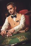 Krupier za uprawiać hazard stół w kasynie obraz royalty free
