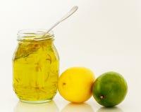 Krus av citronlimefruktmarmelad med frukt Fotografering för Bildbyråer