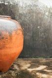 Krus av gammal svart för leraväggbakgrund Fotografering för Bildbyråer