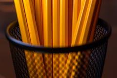 Krus av gula blyertspennor i svart metallbehållare Royaltyfria Foton