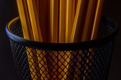 Krus av gula blyertspennor i svart metallbehållare Royaltyfri Fotografi