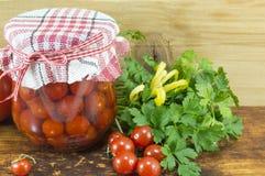 Krus av hemlagad ketchup och den körsbärsröda tomaten bredvid den nya körsbärsröda tomaten Royaltyfria Foton