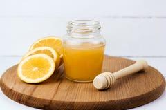 krus av honung- och citronskivor fotografering för bildbyråer