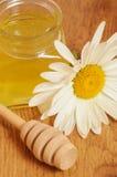 Krus av honung och en sked av honung Royaltyfri Foto