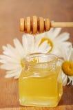 Krus av honung och en sked av honung Royaltyfri Fotografi